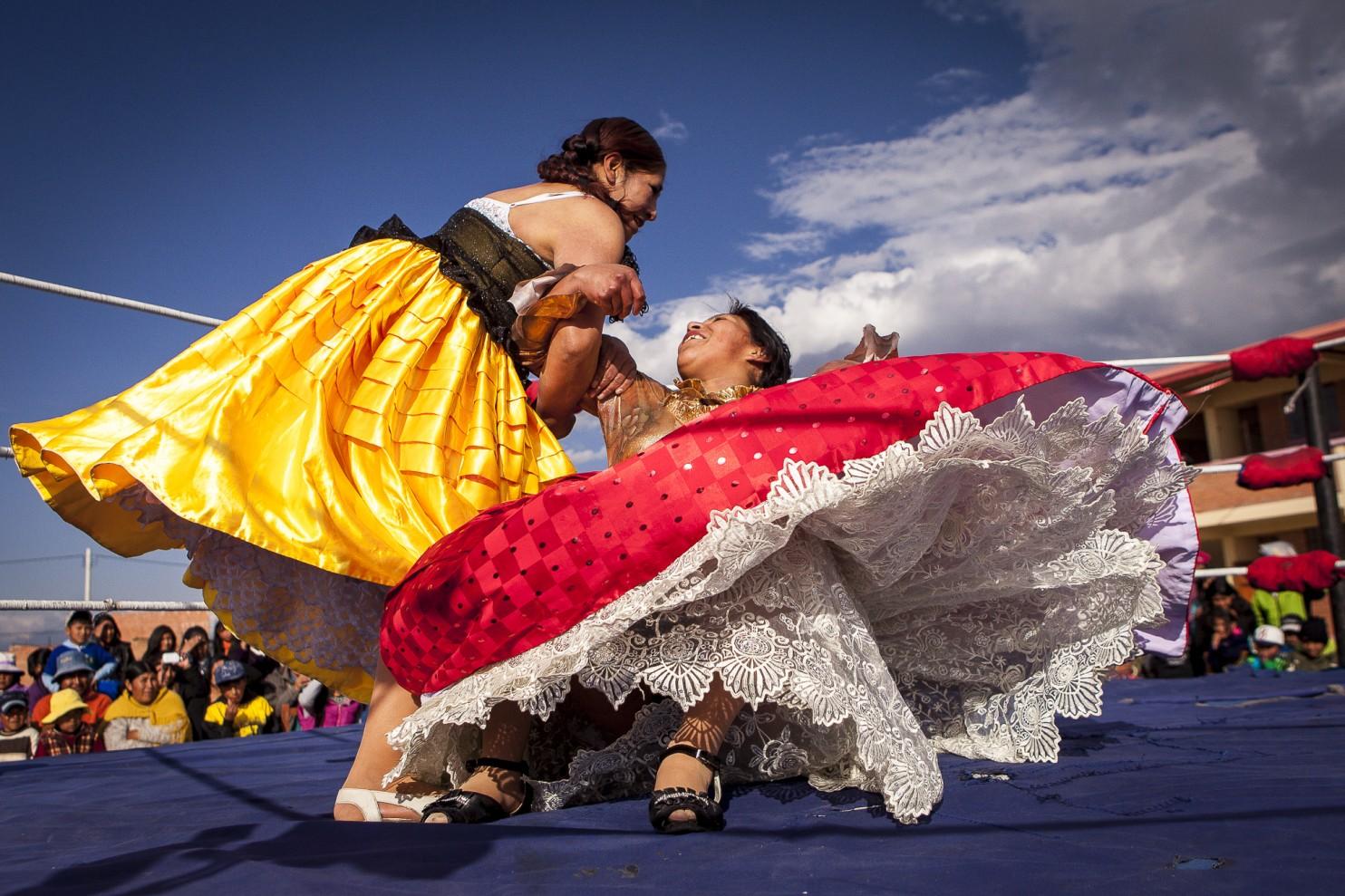 Flying cholitas